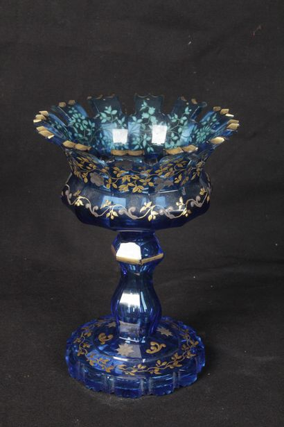 VASE SUR PIED DOUCHE, en verre bleu et décor...