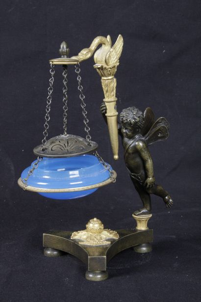 BRÛLE-PARFUM, en bronze patiné et doré, figurant...