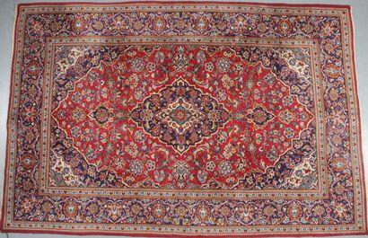 TAPIS KACHAN (Iran) À décor de médaillon...