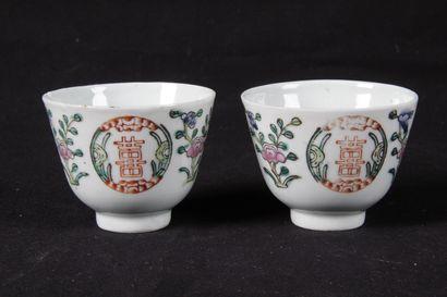 CHINE XIX siècle. Paire de sorbets en porcelaine...