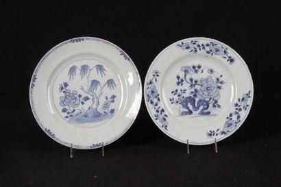 COMPAGNIE DES INDES. Deux assiettes en porcelaine...