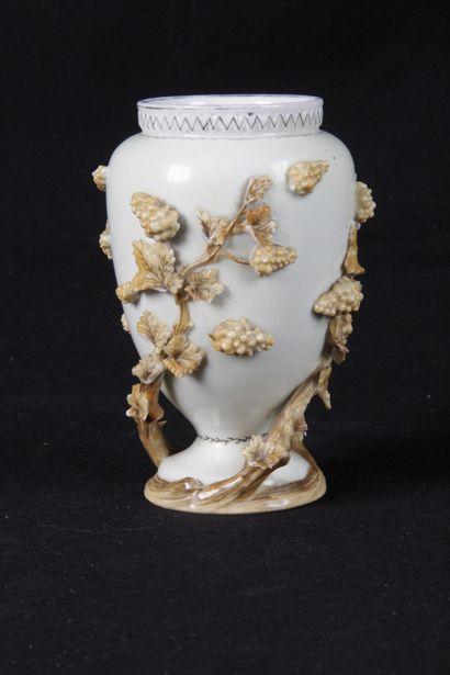 PETIT VASE, en porcelaine blanche à décor...
