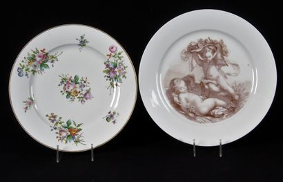 SEVRES Deux assiettes en blanc de sèvres...