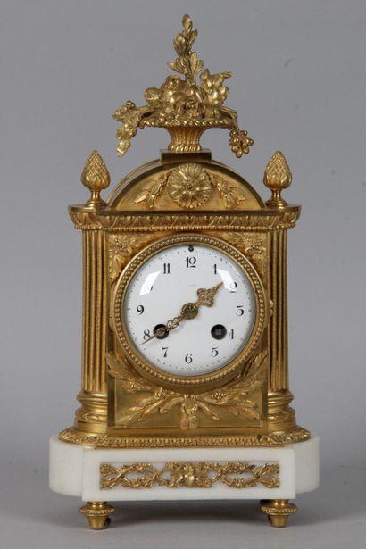 PENDULE BORNE DE STYLE LOUIS XVI, en bronze...