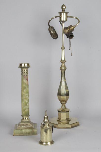 DEUX PIEDS DE LAMPES, l'un en forme de colonne...