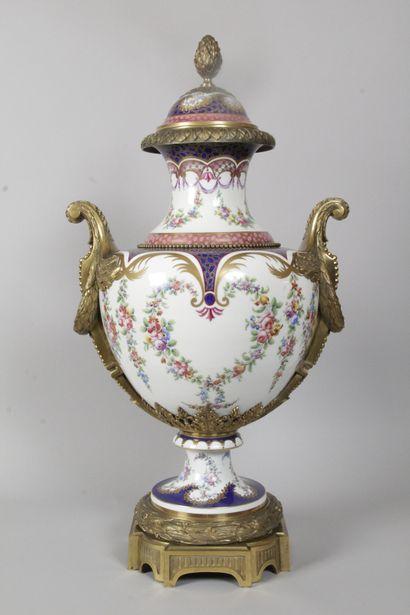 « AU VASE ÉTRUSQUE » Grand vase couvert sur...
