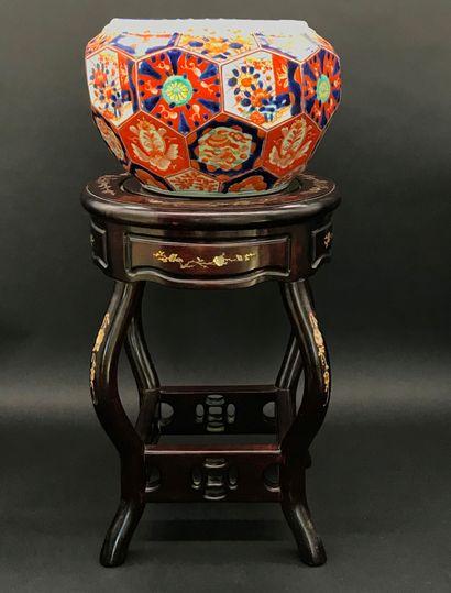 IMARI  Cache-pot en porcelaine polychrome...