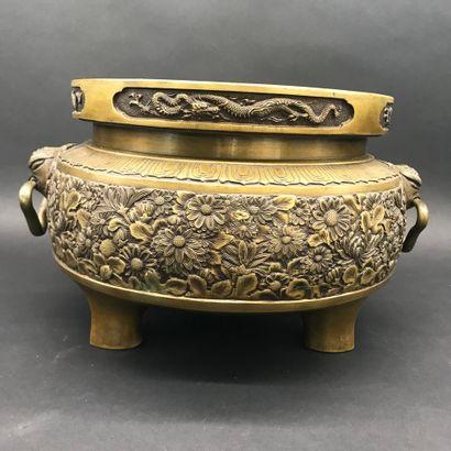 JAPON  BRASERO en bronze doré à décor ciselé...