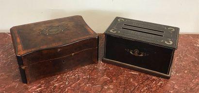 Lot de deux COFFRETS  Une boîte à bijoux en placage de bois de loupe et incrustations....
