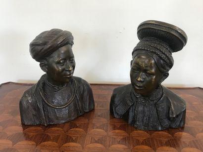 INDOCHINE  Paire de bustes en bronze à patine...
