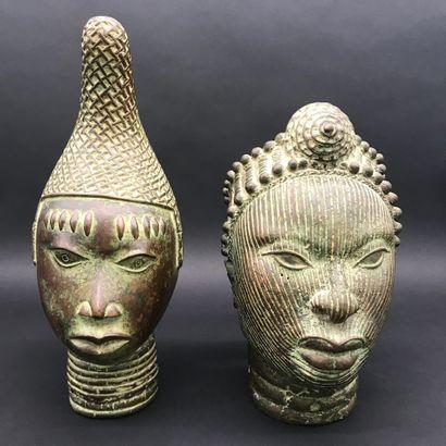 BENIN  Deux têtes en bronze  H. 34 et 29...