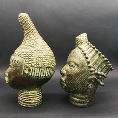 BENIN  Deux têtes en bronze  H. 34 et 29 cm  XXe siècle