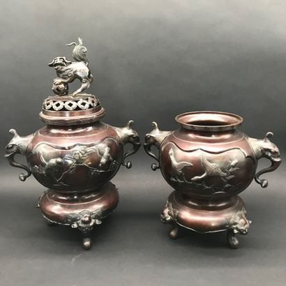 CHINE  Paire de brûles-parfum en bronze  les...