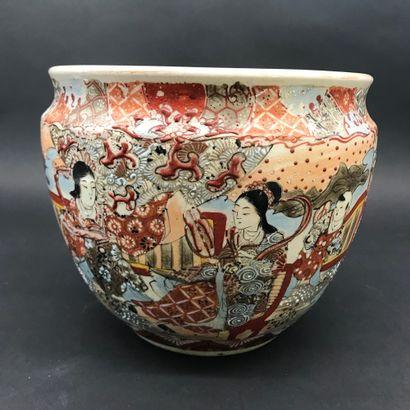 JAPON  Cache-pot en Satsuma à décor de personnages.  H.20cm  DIAM.23cm  TBE