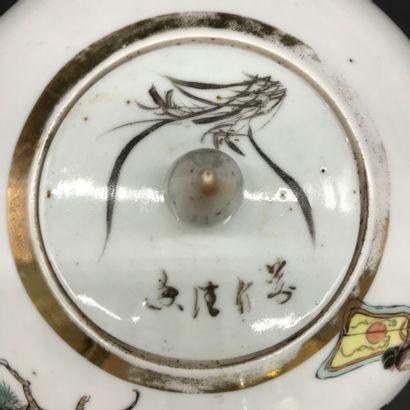 CHINE  Pot à gingembre en porcelaine polychrome à décor d'une scène animée de personnes...