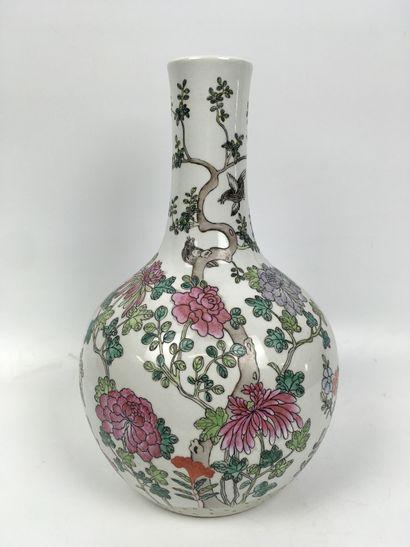 CHINE Vase de forme Tianqiuping en porcelaine,...
