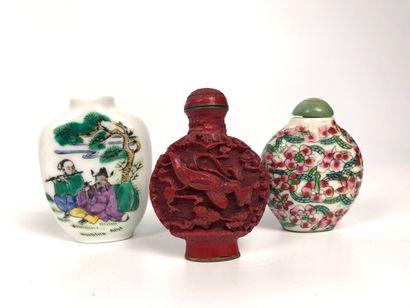 CHINE Trois tabatières, dont deux en porcelaine...