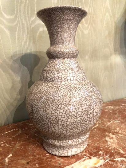 CHINE Vase de forme balustre à col ourlé...
