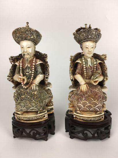 CHINE Couple de Mandarins en ivoire gravé...