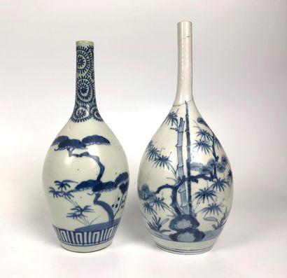 JAPON Deux bouteilles à saké en porcelaine...