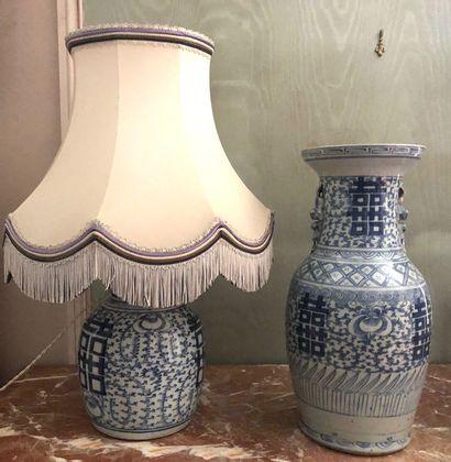 CHINE VASE et POTICHE en porcelaine bleu...