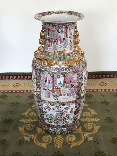CHINE  Grand vase en porcelaine de Canton...