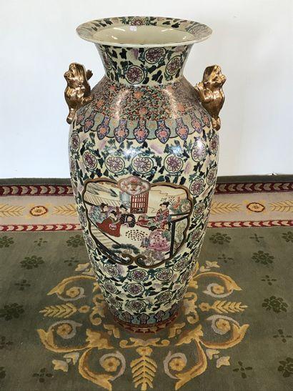 CHINE  Grand vase en porcelaine émaillée...