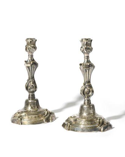 PAIRE DE FLAMBEAUX en bronze argenté à décor...