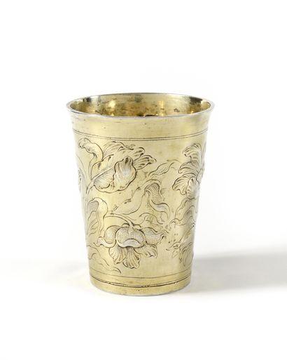 GOBELET en argent doré à décor gravé, repoussé...
