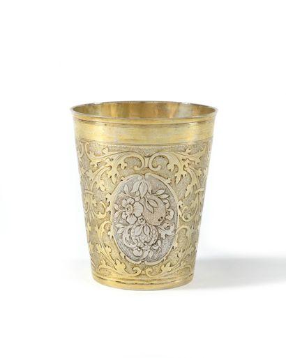 GOBELET en argent doré et argent à décor...