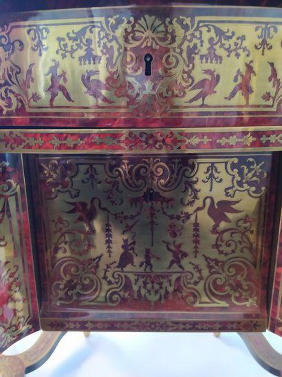 """BUREAU dit """"mazarin"""" en placage d'écaille teintée rouge et de laiton marqueté """"..."""
