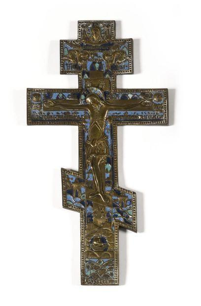 CROIX  Laiton, émail bleu  Russie, XIXe siècle...