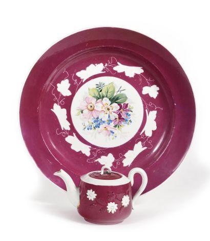 GRAND PLAT ET THEIERE  Porcelaine peinte...
