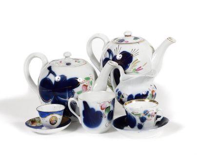 LOT : Deux cafetières et un pot à lait. Porcelaine...