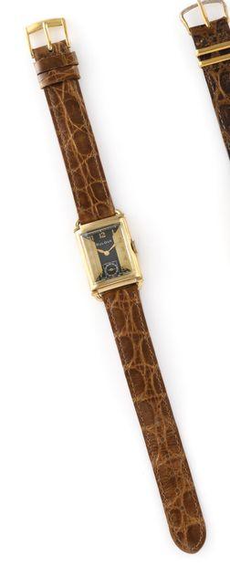 BULOVA Vers 1940. Réf : 1662811. Montre bracelet en plaqué or, boitier rectangulaire....