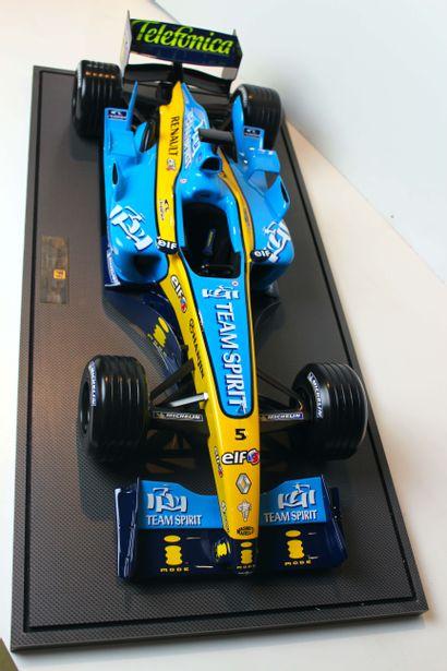 MAQUETTE RENAULT F1 WORLD CHAMPIONSHIP 2004 Grande maquette en résine distribuée...