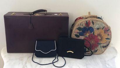 ENSEMBLE DE VOYAGE  Comprenant une valise...