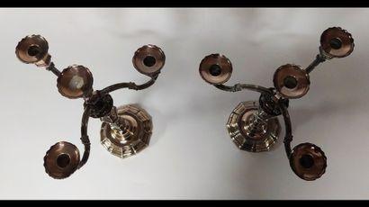 PAIRE DE CANDELABRES en métal argenté à trois bras de lumières mouvementés et un...