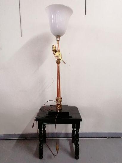 Curieux LAMPADAIRE  formé d'une ancienne...