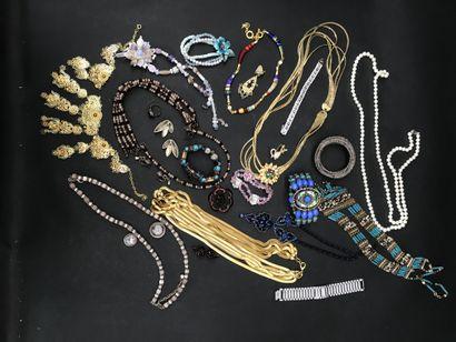 Lot de bijoux fantaisie  comprenant bracelets,...