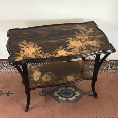 Emile GALLE (1846-1904)  Table à thé Art Nouveau à deux plateaux en marqueterie...