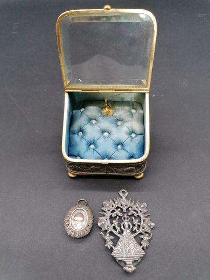 BOITE à bijoux  à décor d'une frise de chasse...