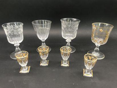 Lot de huit VERRES  Quatre verres à pieds...