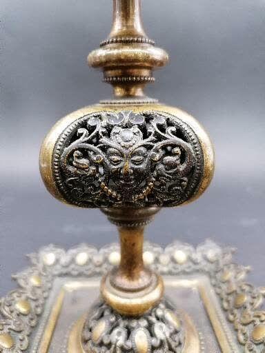 PAIRE DE BOUGEOIRS en bronze doré et patiné  Fût balustre et ajouré  A décor de...
