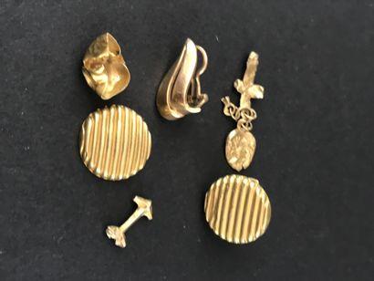 Petit lot d'or jaune comprenant :  Boutons...