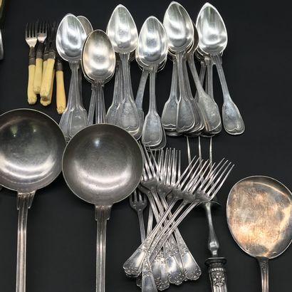 Lot de METAL ARGENTE  comprenant : nombreuses cuillères à soupe et fourchettes de...