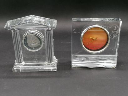 DAUM  Lot de deux pendules de table en cristal...