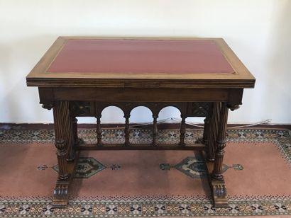 TABLE BUREAU  de style Renaissance Espagnole...