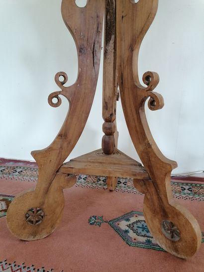 LUTRIN  En bois sculpté tripode  Support pivotant pouvant être éclairé par un pic...