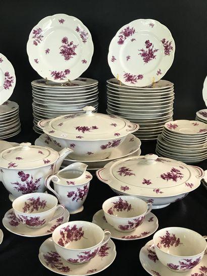 THEODORE HAVILAND A LIMOGES  Important service de table en porcelaine à décor pourpre...